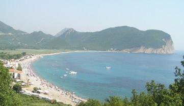 Пляж с туристами