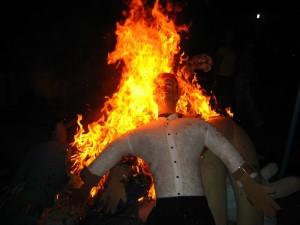 сжигание кукол в Колумбии