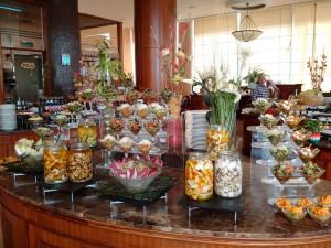 шведский стол в отеле Millennium Hotel Doha