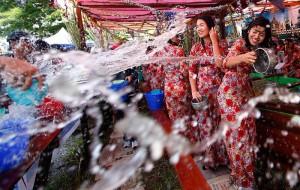 обливание водой в Бирме