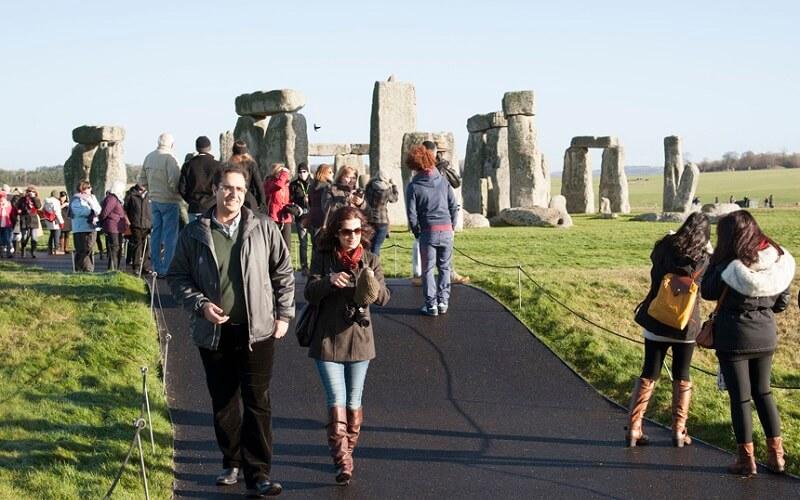 туристи в Стоунхенджі