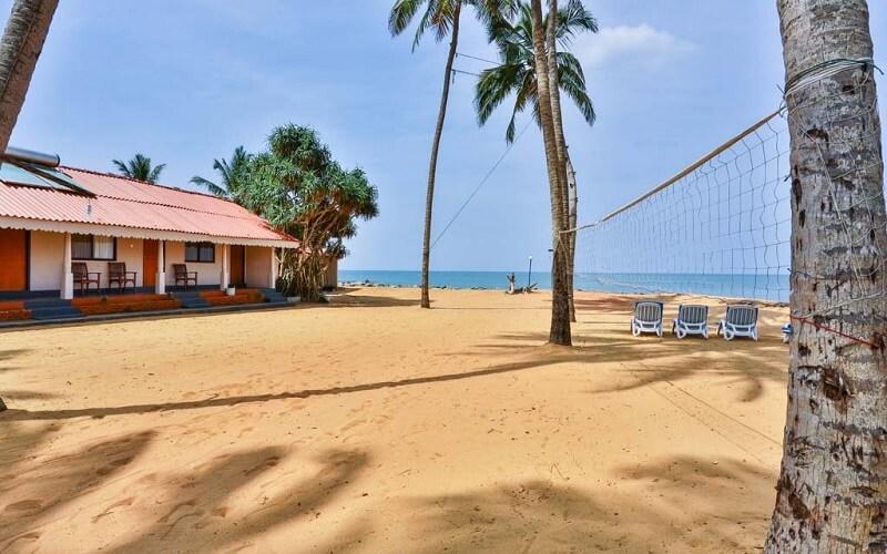 пляж отеля Amagi Beach Hotel 3*, Маравила, Шри-Ланка