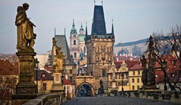 Туристів запрошують на нічні екскурсії по Малостранскому кладовищу Праги