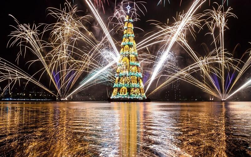 рождественская ёлка на воде в Рио-де-Жанейро