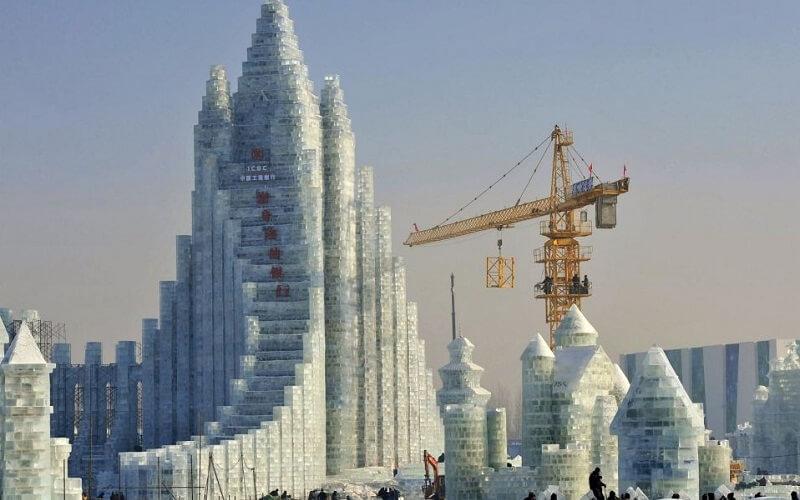 подготовка к фестивалю снежных скульптур в Китае