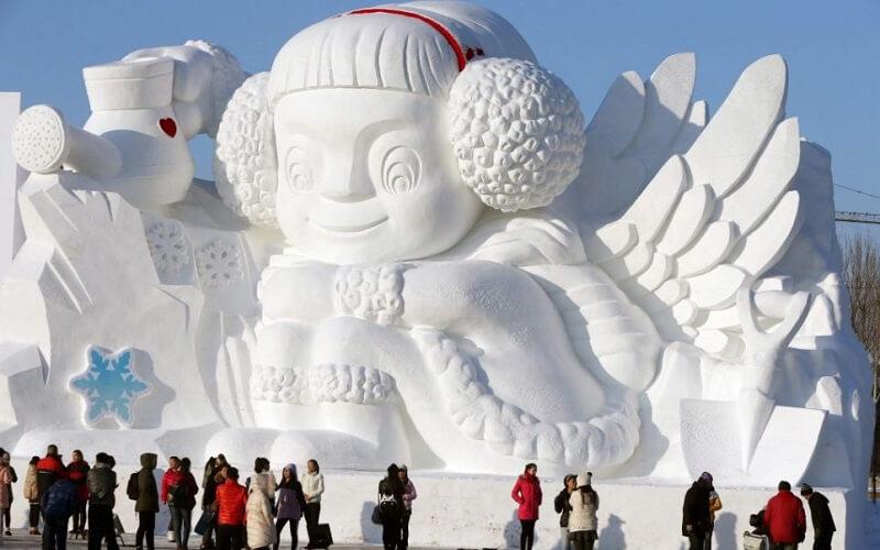 скульптура изо льда на фестивале в Китае