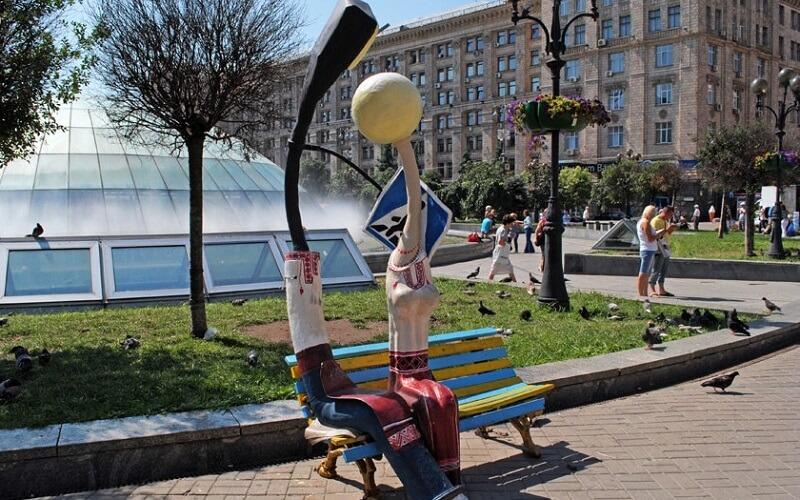 Памятник Влюблённых фонарей в Киеве