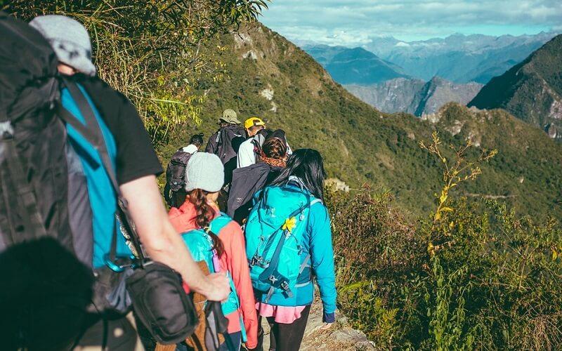 прохождение по тропам вдоль горного массива