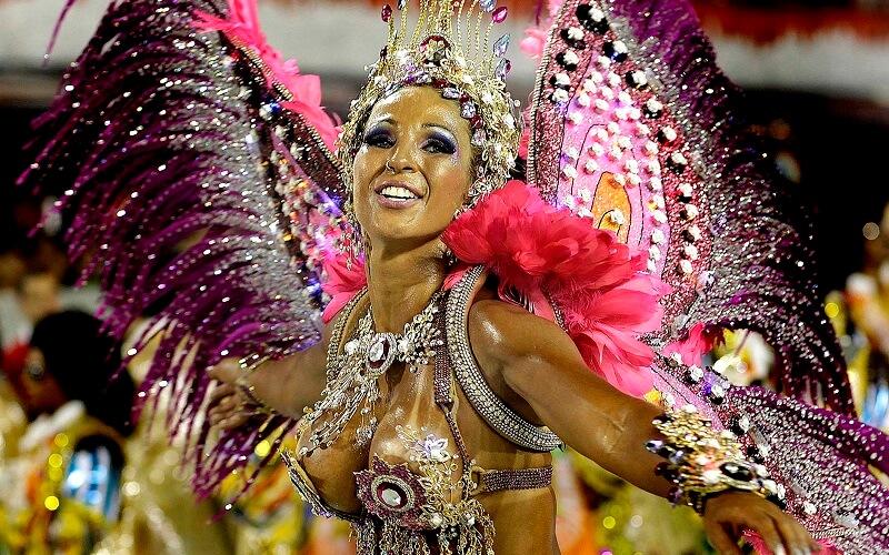 дівчатка на карнавалі в Бразилії