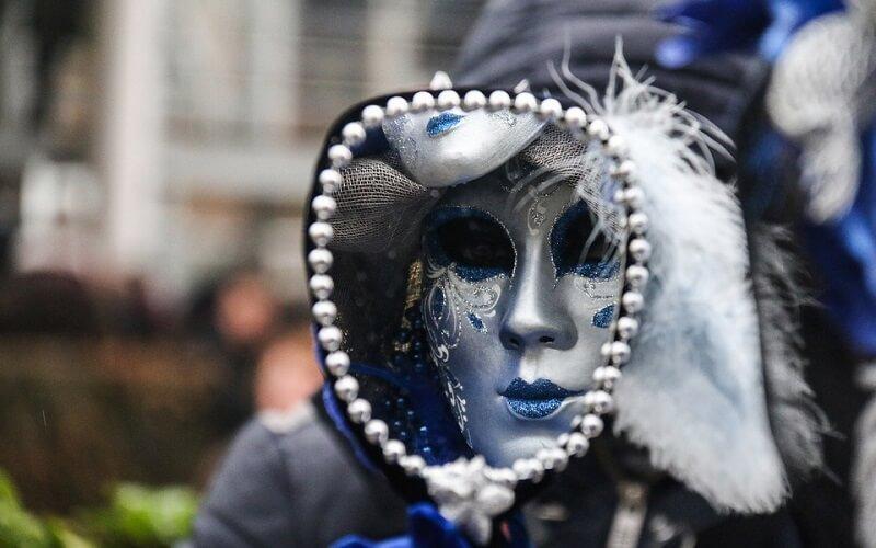 маска на карнавалі