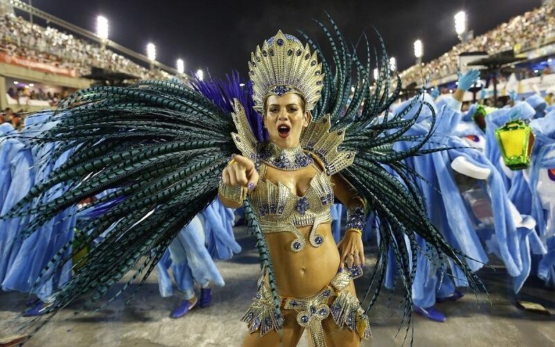 танцівниця на бразильському карнавалі
