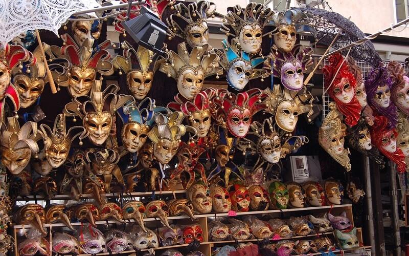 выбор масок на прилавках в Венеции