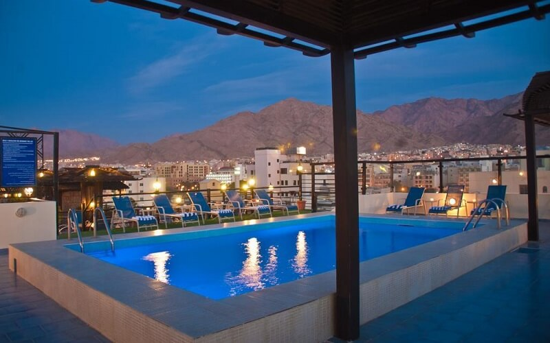 открытый бассейн в отеле Иордании
