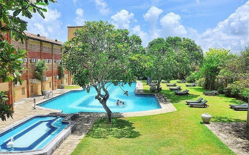 бассейн на территории отеля The Long Beach Resort 4*, Шри-Ланка