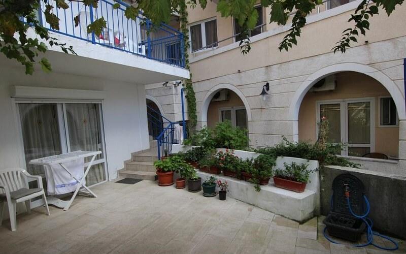 внутренний двор отеля Nikolic 3*, Будва, Черногория