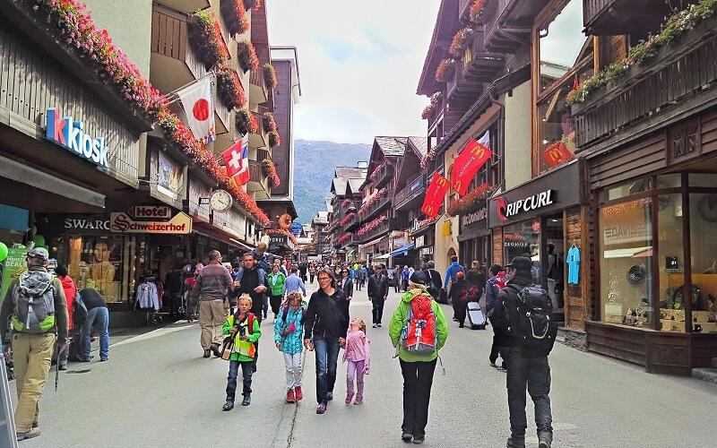 центральная улица курорта Церматт в Швейцария