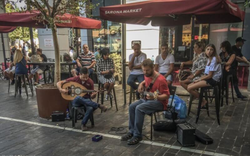Музиканти в Sarona Market , Тель-Авів