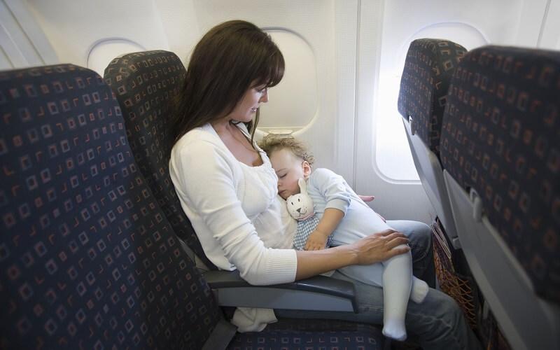 Сон ребенка в самолете
