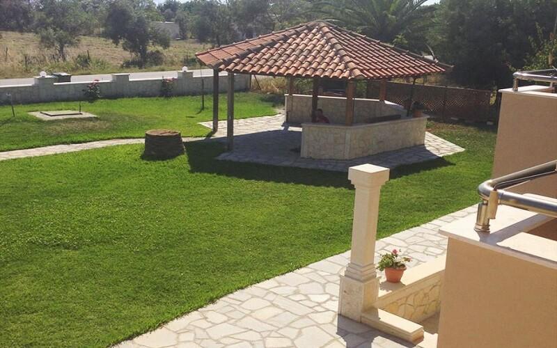 Двор в отеле Paradisos Apartments 2*, Халкидики – Кассандра, Греция