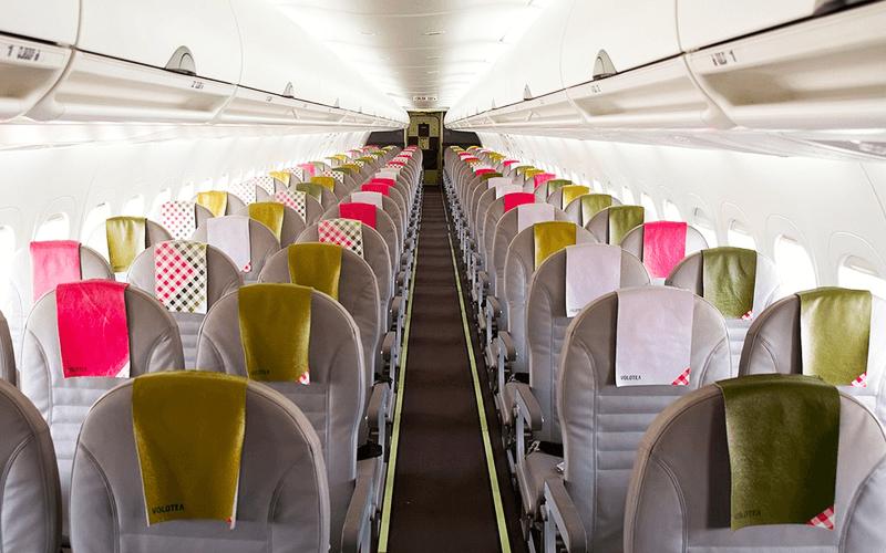 салон літака авіакомпанії Volotea
