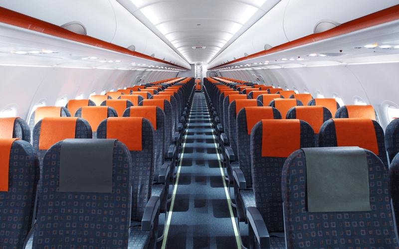 салон самолета авиакомпании EasyJet