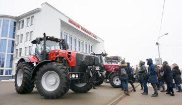 Туризм в Мінську: збери трактор, покатайся на тракторі!