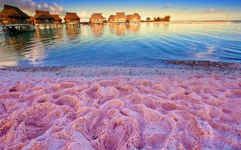 Рожевий піщаний пляж