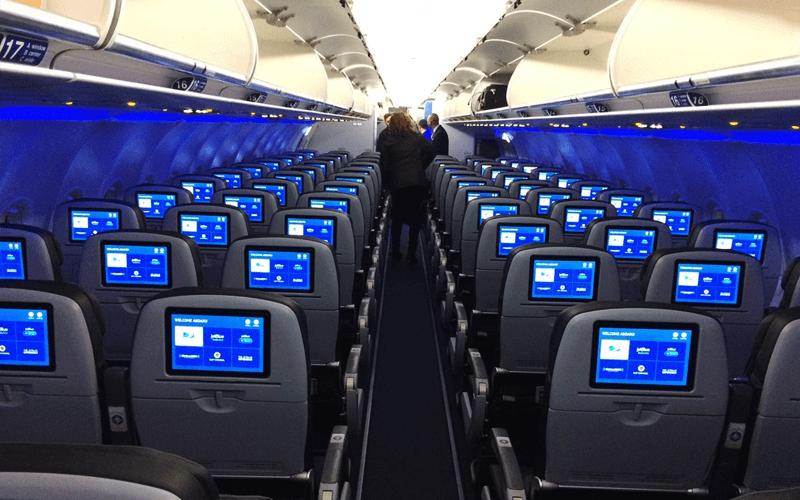 салон самолета авиакомпании JetBlue