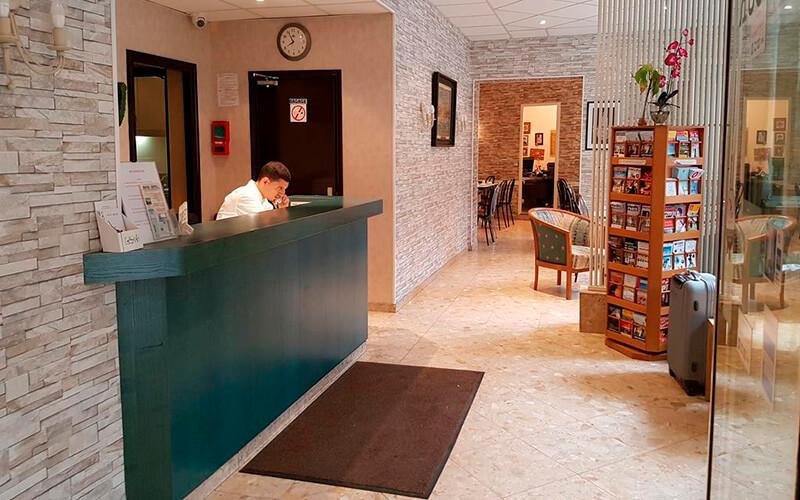 Ресепшн, готель Sibour 2*, Париж, Франція