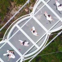 В китайском ландшафтном парке появился стеклянный мост