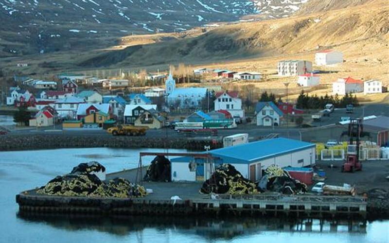 Вид на исландский город Сейдисфьордюр