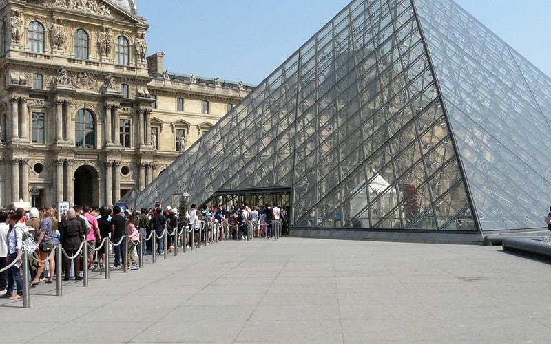 Лувр под волной туристов