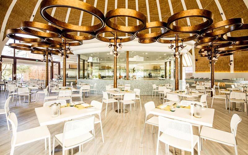Ресторан в Holiday Inn Resort Kandooma 5*, Южный Мале Атолл, Мальдивы