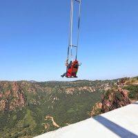 У Китаї туристам пропонують політати над прірвою