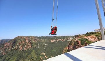 В Китае туристам предлагают полетать над пропастью