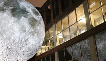 Європейців запрошують подивитися на Місяць